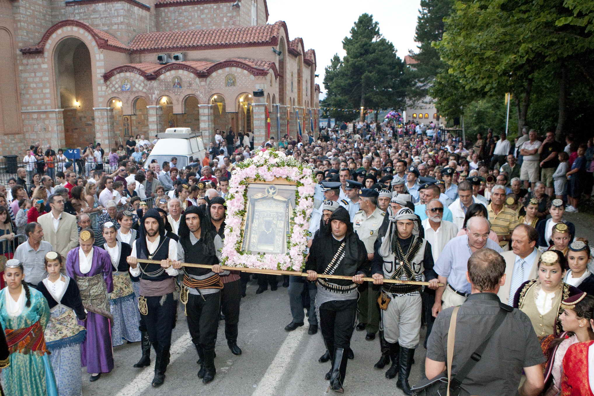 Customs and traditions of assumption day on august 15th for Costumbres de grecia